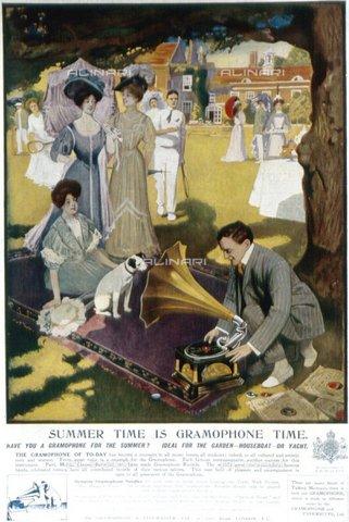 TOP-F-047345-0000 - Pubblicità HMV del 1907. L'estate è la stagione dei grammofoni, con Nipper, il famoso Jack Russell terrier, Archivio, HMV, 1907 - Data dello scatto: 1907 - 2005 / TopFoto / Archivi Alinari