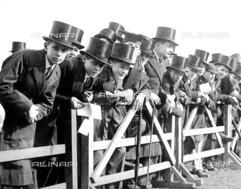 TOP-F-063999-0000 - Scolari con cappelli a cilindro seguono le attività sportive della scuola di Westminster a Vincent Square, Westminster. 21 Marzo 1936, Tra le due guerre, Scolari - Data dello scatto: 21/03/1936 - 2005 / TopFoto / Archivi Alinari
