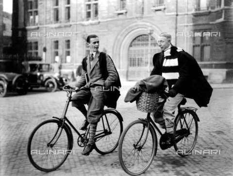 TOP-F-064000-0000 - Università di Cambridge. Studenti in bici. 1926, Tra le due guerre, Studenti Cambridge, 1926 - Data dello scatto: 1926 - 2005 / TopFoto / Archivi Alinari