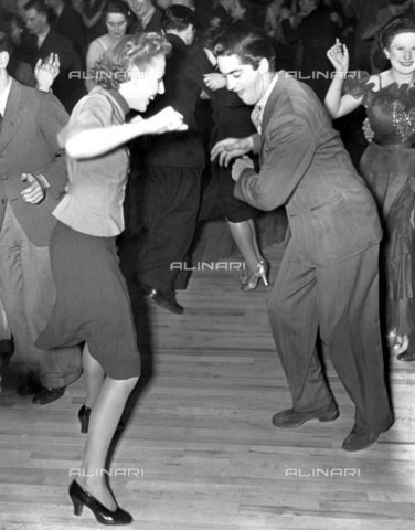 """TOP-F-156424-0000 - Il """"Jitterbugging"""" (ballo frenetico) era molto diffuso in America nel 1939. Ma non raggiunse mai il successo del """"Lambeth Walk"""", Natale 1937, che aveva venduto più esemplari di qualsiasi altra canzone dopo """"Yes we have no Bananas"""". Guerra, Jitterbugging - Data dello scatto: 1939 - 2005 / TopFoto / Archivi Alinari"""