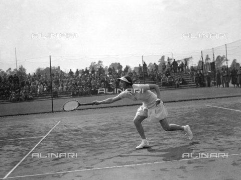 TOP-F-185817-0000 - Fearnley Whittingstal - giocatrice di tennis in azione ai campionati britannici di Hard Court a Bournemouth. 1 maggio 1934. Tra le due guerre, Sig.ra Fearnley Whittingstal - Data dello scatto: 01/05/1934 - 2005 / TopFoto / Archivi Alinari
