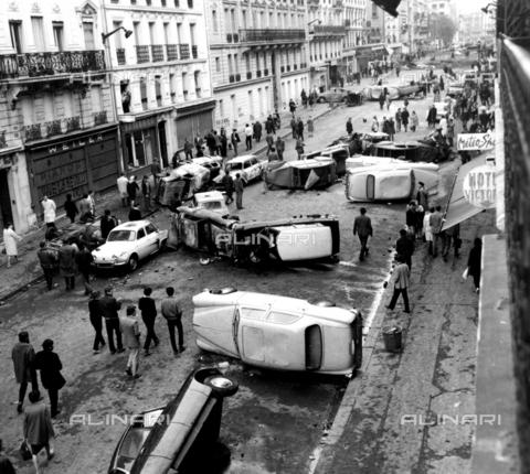 TOP-F-233915-0000 - Macchine ribaltate vengono usate come barricate dagli studenti in rivolta che bloccano la strada Gay Lussac. Centinaia di studenti e poliziotti dovettero sottoporsi a trattamento medico in seguito agli scontri tra polizia e studenti a Parigi, 11 maggio 1968. Topografia, Rivolta a Parigi, 1968. - Data dello scatto: 11/05/1968 - 2005 / TopFoto / Archivi Alinari