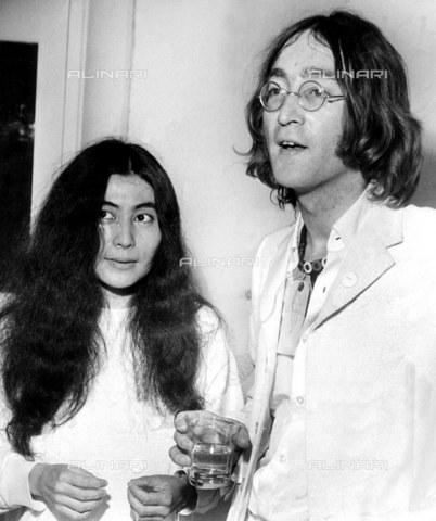 TOP-F-238147-0000 - John Lennon con Yoko Ono ad un'esibizione delle opere d'arte di John dedicate a Yoko al Mayfair Gallery. Londra, 1 luglio 1968. Pop, John & Yoko 1968 - Data dello scatto: 01/07/1968 - 2005 / TopFoto / Archivi Alinari