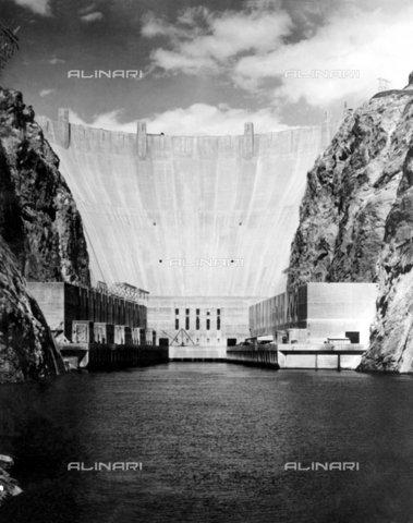 TOP-F-251959-0000 - La diga di Boulder vista dal canale di scarico. Le centrali elettriche su entrambi i lati sono alti 20 piani. La diga stessa è alta 726, 4 piedi, e dietro la diga l'acqua sale fino a più di 400 piedi sopra il livello del canale di scarico. 31 dicembre 1937. Generale, Diga di Boulder - Data dello scatto: 31/12/1937 - 2005 / TopFoto / Archivi Alinari