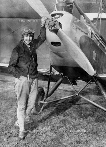 TOP-F-254585-0000 - Amy Johnson fotografata con il suo aereo nel 1930. Amy Johnson, aviatrice britannica, prima donna a volare da sola da Londra all'Australia 1930. E' annegata nell'estuario del Tamigi. 1903-1941. Personalità, Amy Johnson - Data dello scatto: 1930 - 2005 / TopFoto / Archivi Alinari