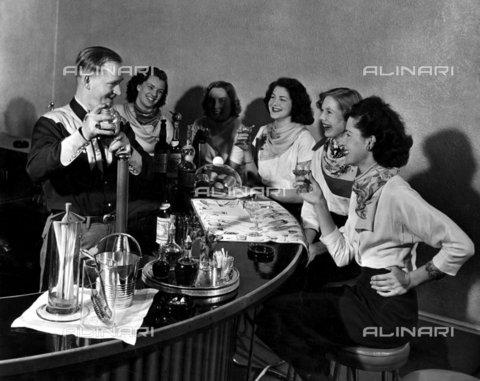 TOP-F-256761-0000 - 5 ragazze locali con i loro fazzoletti al collo alla texana assaggiano un cocktail alla Disney al Horseshoe. Gli antenati del proprietario erano originari della stessa zona del creatore di Topolino. 7 luglio 1951. Generale, Cocktail - Data dello scatto: 07/07/1951 - 2005 / TopFoto / Archivi Alinari