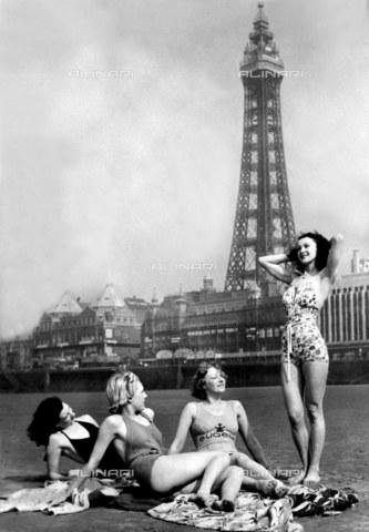 TOP-F-256768-0000 - Le vacanze di Pasqua tanto attese sono finalmente arrivate e queste ragazze esprimono lo spirito vacanziero mentre giocano sulle sabbie di Blackpool. 7 aprile 1939. Generale, Torre di Blackpool - Data dello scatto: 07/04/1939 - 2005 / TopFoto / Archivi Alinari
