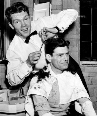 """TOP-F-264820-0000 - Acconciatura """"Rene"""". Parrucchiere da uomo, 1955. Generale, Taglio di capelli - Data dello scatto: 1955 - 2005 / TopFoto / Archivi Alinari"""