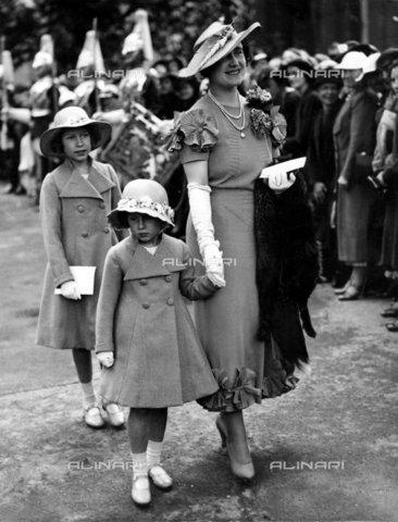 TOP-F-268838-0000 - La regina (la duchessa di York) e le sue due figlie al matrimonio Elphinstone nel 1936. Reali, Regina Elisabetta e principesse - Data dello scatto: 1936 - 2005 / TopFoto / Archivi Alinari