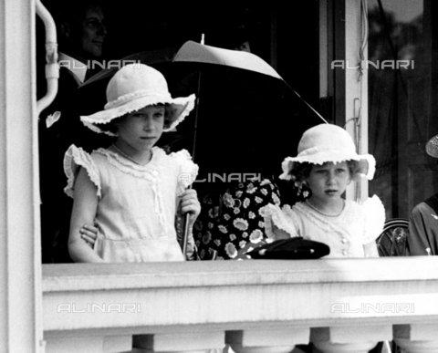 TOP-F-268839-0000 - La principessa Margaret e la principessa Elisabetta osservano l'ispezione delle guardie del corpo reali da un balcone che da sul cortile del palazzo di St. James a Londra. Giugno 1935. Reali, Principessa Elizabetta e Margaret - Data dello scatto: 1935 - 2005 / TopFoto / Archivi Alinari
