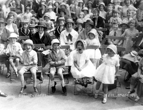 TOP-F-284352-0000 - La festa per i bambini, di cui il ricavato va alla Clinica di maternità della duchessa di York della Royal Free Hospital, ha avuto luogo nella residenza del duca di York a Chelsea. 22 giugno 1932. Tra le due guerre, Festa in giardino - Data dello scatto: 22/06/1932 - 2005 / TopFoto / Archivi Alinari