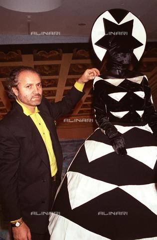 """TOP-F-368773-0000 - Lo stilista italiano Gianni Versace durante la mostra """"Versace Teatro"""", esposizione di costumi per balletto e opera - 2004 / UPP / TopFoto / Archivi Alinari"""