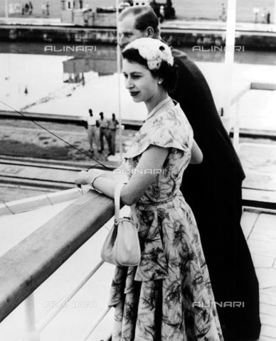 TOP-F-419099-0000 - La regina ed il duca di Edimburgo sono salpati da Panama oggi con il transatlantico Gothic per una crociera di 17 giorni (6000 miglia) per le isole Figi. 30 novembre 1953 - Data dello scatto: 30/11/1953 - TopFoto / Archivi Alinari