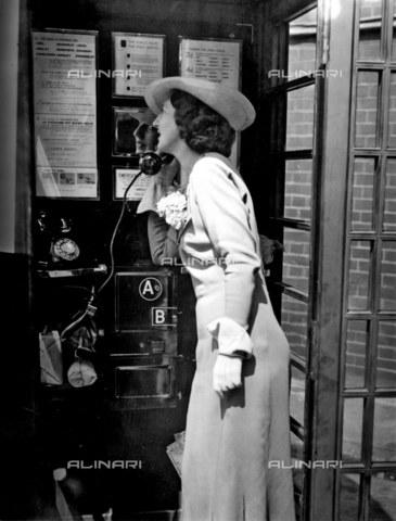 TOP-F-456584-0000 - L'interno di una cabina telefonica. 1 agosto 1935. Tra le due guerre, Cabina telefonica - Data dello scatto: 01/08/1935 - 2005 / TopFoto / Archivi Alinari