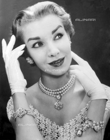 TOP-F-537600-0000 - Signora con gioielli Caro. 1952. Generale, Caro - Data dello scatto: 1952 - 2005 / TopFoto / Archivi Alinari
