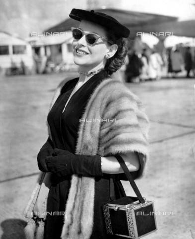 TOP-F-540368-0000 - Con una stola di pelliccia e una borsa a cofanetto. La modella Isabel Van Grove, 1952. Generale, Stola di pelliccia - Data dello scatto: 1952 - 2005 / TopFoto / Archivi Alinari