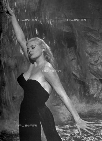 """TOP-F-554953-0000 - Anita Ekberg in una scena del film """"La dolce vita"""", regia di Federico Fellini, 1960 - TopFoto / Archivi Alinari"""