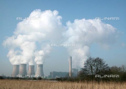 TOP-F-559884-0000 - Fiddlers Ferry, industria energetica situata fuori Warrington, St Helens nel nord ovest d'Inghilterra. Questa stazione industriale di energia da carbone domina il panorama con le sue enormi torri di raffreddamento e le ciminiere che misurano 182 m ca. 6 Gennaio 2003 - Data dello scatto: 6 gennaio 2003 - 2004/UPPA / TopFoto / Archivi Alinari