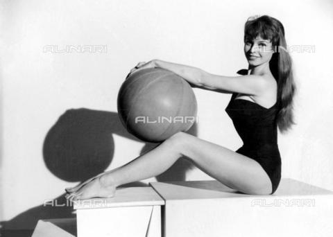 TOP-F-644197-0000 - Brigitte Bardot, star francese di 20 anni. 1954. Personalità, Brigitte Bardot - Data dello scatto: 1954 - 2005 / TopFoto / Archivi Alinari