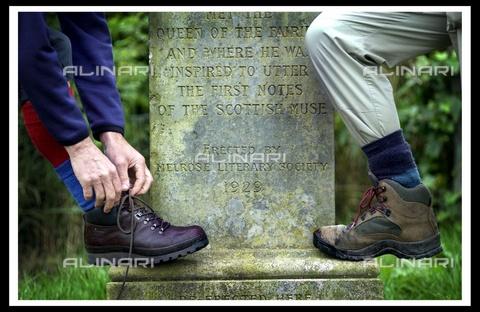 """TOP-F-694266-0000 - Camminatori presso la pietra di Rhymer, vicino Melrose, durante il festival dei camminatori sui confini scozzesi. La camminata """"Thomas the Ryhmer"""" sabato 7 settembre è una delle tante camminate nei siti mistici e storici dei confini scozzesi. Generale, Pietra Rhymer - Data dello scatto: 28/11/2001 - 2004/Dodds / TopFoto / Archivi Alinari"""
