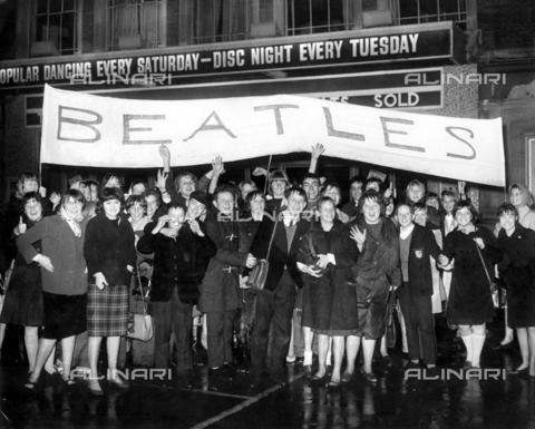 TOP-F-758945-0000 - Fan all'ingresso dell'Adelphi Cinema di Slough dove si esibiranno i Beatles - Data dello scatto: 05/11/1963 - TopFoto / Archivi Alinari