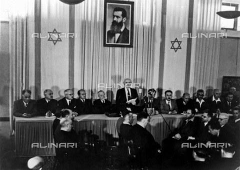 TOP-F-771035-0000 - David Ben Gurion da lettura della Dichiarazione d'Indipendenza d'Israele alla Riunione dell'Assemblea Costituente presso il Museo di Tel Aviv, 14 maggio 1948 - Data dello scatto: 14 Maggio 1948 - 2003 / TopFoto / Archivi Alinari