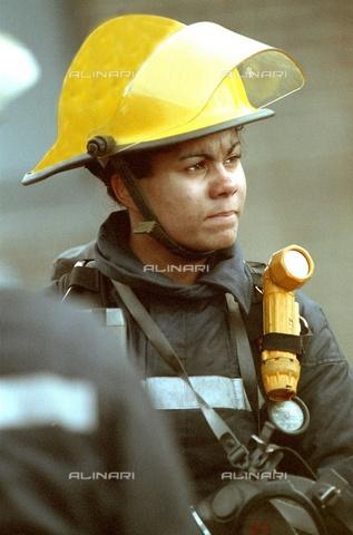 TOP-F-774958-0000 - Pompiere-donna che ascolta le istruzioni prima di un intervento. Generale, Pompiere-donna - 2005/Firepix / TopFoto / Archivi Alinari