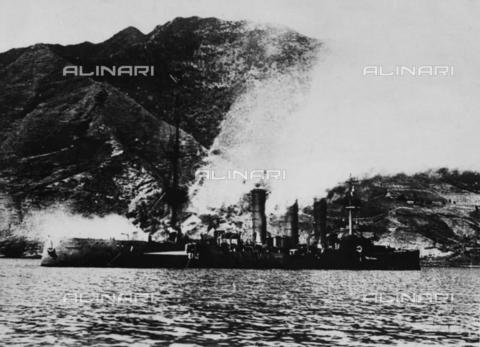 "TOP-F-775039-0000 - Prima Guerra Mondiale: incrociatore tedesco ""Dresda"" battente bandiera bianca nel porto di Juan Fernandez - TopFoto / Archivi Alinari"
