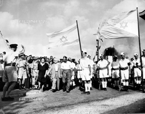 TOP-F-799079-0000 - Il Primo Ministro israeliano, David Ben Gurion (al centro con la giacca) con la moglie mentre saluta l'ultimo dei soldati britannici che lascia Haifa Docks, 3 luglio 1948 - Data dello scatto: 3 Luglio 1948 - 2003 / TopFoto / Archivi Alinari