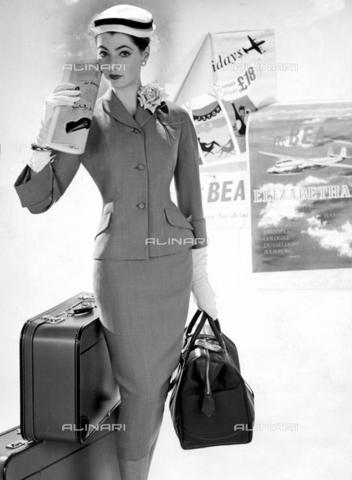 TOP-F-857243-0000 - Tailleur con cappello bianco da marinaio e lunghi guanti bianchi. 5 giugno 1957. Generale, Moda femminile anni'50 - Data dello scatto: 05/06/1957 - 2005 / TopFoto / Archivi Alinari