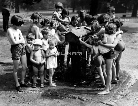 TOP-F-867981-0000 - Ondata di caldo a St. James Park. 7 agosto 1937. © TopFoto, Tra le due guerre, Ondata di caldo - Data dello scatto: 07/08/1937 - 2005 / TopFoto / Archivi Alinari