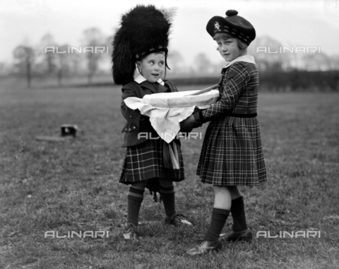 TOP-F-875455-0000 - Preparazioni natalizie alle scuole Royal Caledonian, Bushey. Preparazione del pudding. 15 novembre 1933. Tra le due guerre, Scuole Royal Caledonian - Data dello scatto: 15/11/1933 - 2005 / TopFoto / Archivi Alinari