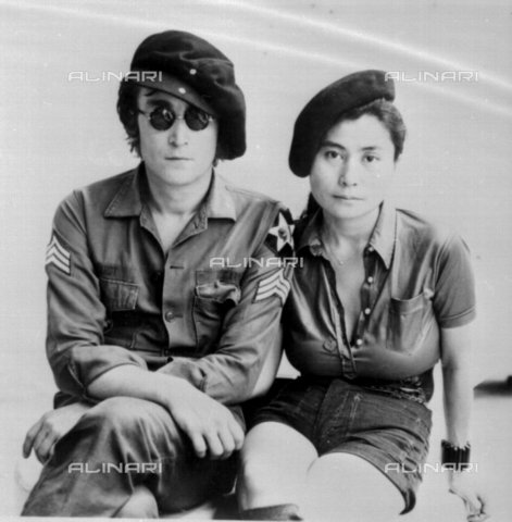 TOP-F-920321-0000 - Il cantante John Lennon (1940-1980) con la moglie Yoko Ono (1933-) - Data dello scatto: 01/01/1972 - 2005 UPPA / TopFoto / Archivi Alinari