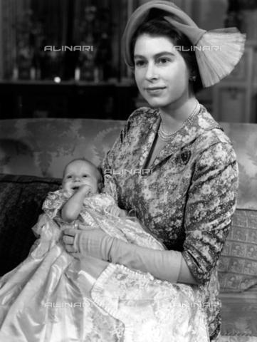 TOP-F-967260-0000 - La principessa Elisabetta la regina con la neonata principessa Anna a Buckingham Palace nel 1950 dopo il battesimo. 21 ottobre 1950 - Data dello scatto: 21/10/1950 - TopFoto / Archivi Alinari