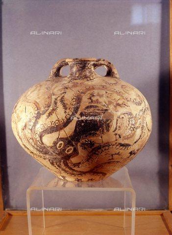TOP-S-000106-0612 - Vaso decorato da una figura di polpo, terracotta dipinta, arte Minoica, Museo Archeologico di Heraklion, Creta - TopFoto / Archivi Alinari
