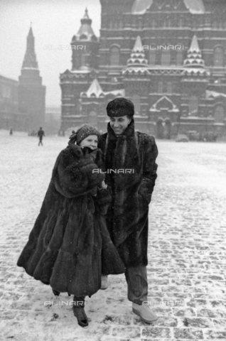 TOP-S-000109-8845 - Katia Ricciarelli insieme a Pippo Baudo nella Piazza Rossa a Mosca - Data dello scatto: 24/01/1986 - Sputnik / TopFoto / Archivi Alinari