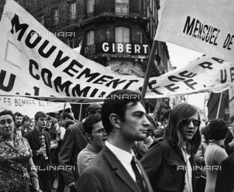 TOP-S-000112-1491 - L'inizio della dimostrazione sulla via Blvd St Michel, Parigi, maggio 1968 - Data dello scatto: maggio 1968 - Harold Chapman / TopFoto / Archivi Alinari