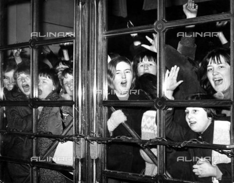 "TOP-S-000130-9875 - Fan all'ingresso dello Scala Theatre di Londra durante la registrazione del primo film dei Beatles ""A Hard Day's Night"" - Data dello scatto: 31/03/1964 - TopFoto / Archivi Alinari"