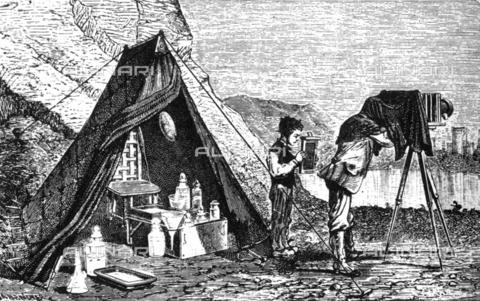 TOP-S-000137-3067 - Tenda fotografica oscura e attrezzatura per la lavorazione di negativi al collodio umido del fotografo itinerante, incisione del 1865 ca. - Balean / TopFoto / Archivi Alinari
