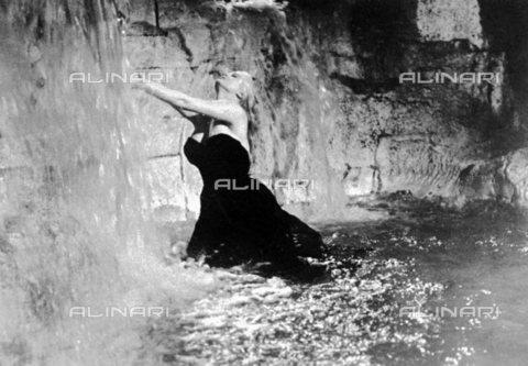 """TOP-S-000141-3655 - Anita Ekberg in una scena del film """"La dolce vita"""", regia di Federico Fellini, 1960 - United Archives / TopFoto / Archivi Alinari"""