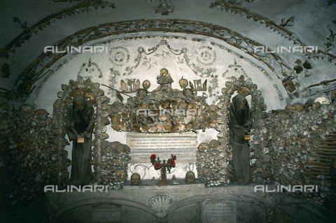 TOP-S-00AA00-6022 - Scheletri e ossa di circa 4000 monaci cappuccini conservati nella cripta della chiesa di Santa Maria della Concezione a Roma - AA World Travel Library / TopFoto / Archivi Alinari