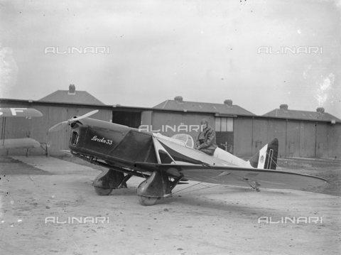 TOP-S-00EU03-4774 - L'aviatore Leonida Robbiano, fotografato all'aerodromo Stag Lane prima del decollo nel tentativo di battere il record mondiale di volo verso Città del Capo - Data dello scatto: 15/03/1933 - TopFoto / Archivi Alinari
