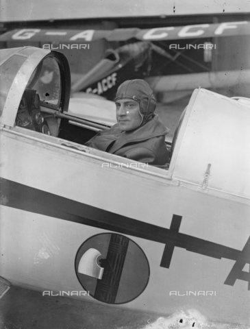 TOP-S-00EU03-4775 - L'aviatore Leonida Robbiano, fotografato all'aerodromo Stag Lane prima del decollo nel tentativo di battere il record mondiale di volo verso Città del Capo - Data dello scatto: 15/03/1933 - TopFoto / Archivi Alinari