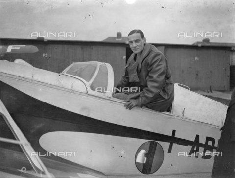 TOP-S-00EU03-4777 - L'aviatore Leonida Robbiano, fotografato all'aerodromo Stag Lane prima del decollo nel tentativo di battere il record mondiale di volo verso Città del Capo - Data dello scatto: 15/03/1933 - TopFoto / Archivi Alinari