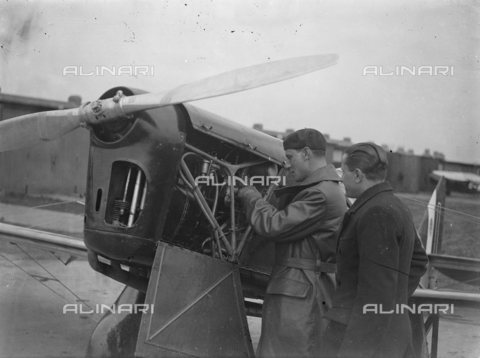 TOP-S-00EU03-4779 - L'aviatore Leonida Robbiano, fotografato all'aerodromo Stag Lane prima del decollo nel tentativo di battere il record mondiale di volo verso Città del Capo - Data dello scatto: 15/03/1933 - TopFoto / Archivi Alinari