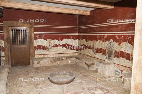TOP-S-00PD02-3199 - Dipinti murali con grifoni e trono in alabastro, arte minoica, sala del trono, palazzo di Cnosso - Mel Longhurst / TopFoto / Archivi Alinari