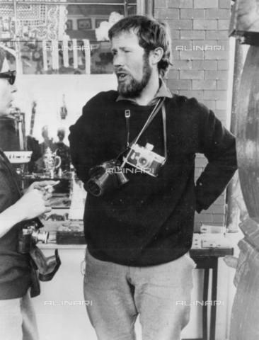 TOP-S-00SP00-3558 - L'alpinista britannico Sir Chris Bonington ritratto prima della partenza per il Kleine Scheidegg - Data dello scatto: 25/03/1966 - TopFoto / Archivi Alinari