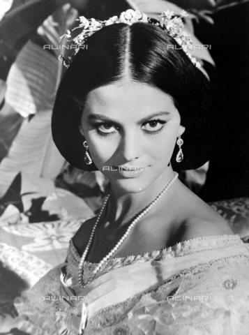 """TOP-S-0IPU45-3919 - Claudia Cardinale durante le riprese del film """"Il Gattopardo"""" diretto da Luchino Visconti - Data dello scatto: 29/03/1963 - TopFoto / Archivi Alinari"""