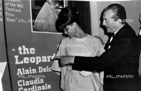 "TOP-S-0IPU46-1827 - Luchino Visconti con Claudia Cardinale durante la presentazione a New York del film ""Il Gattopardo"" - Data dello scatto: 13/08/1963 - TopFoto / Archivi Alinari"