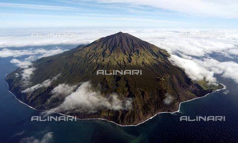 TOP-S-0NN006-8671 - Veduta aerea dell'isola vulcanica Tristan Da Cunha nell'Oceano Atlantico - Data dello scatto: 12/04/2007 - National Pictures / TopFoto / Archivi Alinari